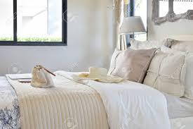 luxus schlafzimmer interieur mit dekorativen set mit vintage tasche hut bücher auf dem bett und im klassischen stil tischle