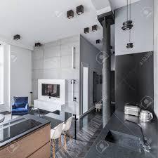 moderner hauptinnenraum mit der küche offen zum wohnzimmer und zum flur
