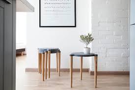 akzente setzen im flur oder im wohnzimmer mit grauem hocker