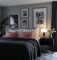 schlafzimmer bilderwand schwarz weiße poster marrakesch schwarze holzbilderrahmen