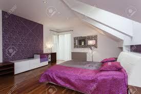 weiß und lila schlafzimmer mit gemusterten wand