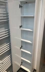 schmaler hoher badezimmer schrank mit spiegel hochglanz weiss