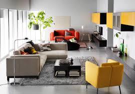 mit farbigen akzenten einrichten teppich wohnzimme