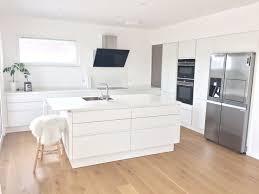 küche ganz in weiß mit keramikarbeitsplatte spülinsel und