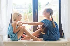 deux jolies filles tout petits européens assis sur près de rebord