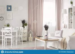 weiße stühle an speisetische nahe poster in flach innen mit