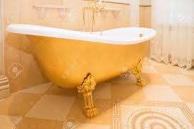 altmodische luxuriöse goldene badewanne im badezimmer