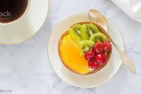 minikuchen oder torte mit vanillepudding und verschiedene früchte in gelee stockfoto und mehr bilder backen