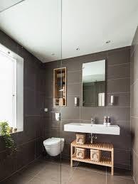 grau gefliestes bad mit eingebautem bild kaufen