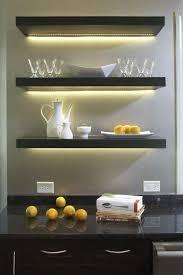 der beleuchtung für die regale in der küche über die