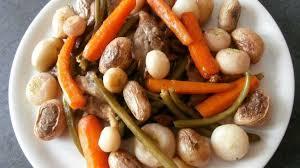 cuisiner navets nouveaux poêlée de légumes navets nouveaux oignons pleurotes haricots