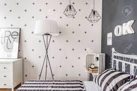 neuer stil schlafzimmer mit tafel wand muster bettwäsche und einfache stehle