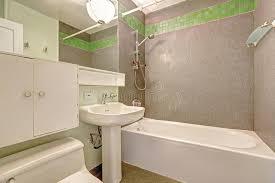 badezimmer mit grauer wand und grüne fliese trimmen