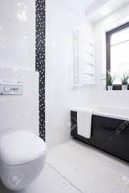 weiß porzellan toilette in neue kleine sauberes badezimmer