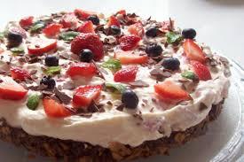 schoko knusper torte mit erdbeeren und heidelbeeren