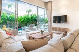 luxuriöses interieur im wohnzimmer poolvillen luftiger und heller raum mit hoher decke stockfoto und mehr bilder boden