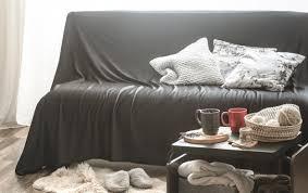 gemütliches wohnzimmer mit schwarzem sofa kostenlose foto
