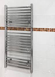chrome beheizte handtuchhalter die einen doppelten zweck dient als heizkörper und handtuchtrockner in einem modernen badezimmer