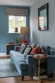 blaues sofa mit kissen in rostrot vor bild kaufen