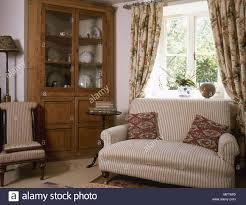 traditionelle country wohnzimmer gestreiften sofa geblümten