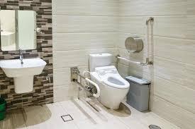 innenraum des badezimmers für behinderte oder ältere