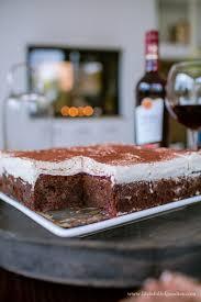 saftiger extrem schokoladiger rotwein kuchen mit kirschen