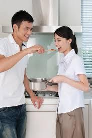 junges pärchen in der küche mann bild kaufen 11301346