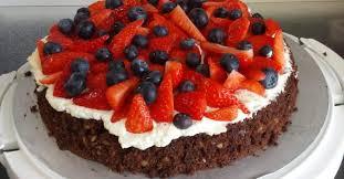 walnuss brownie mit erdbeeren und heidelbeeren