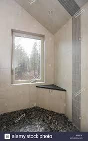 land bad interieur mit vertikalen elfenbein fliesen im