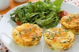 petites quiches au fromage sans pâte et salade