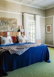 doppelbett mit blauer tagesdecke und bild kaufen