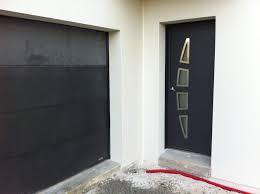porte d entrée moderne assortie à la porte de garage