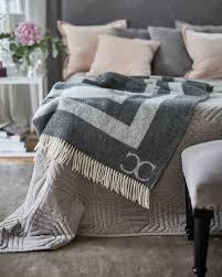 weicher velvet teppich mit schimmernder oberfläche taupe