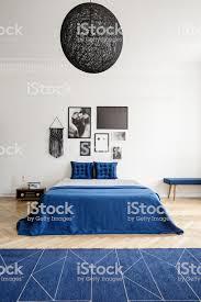 le über blaues bett mit kissen in weiß schlafzimmer innenraum mit plakaten und teppich echtes foto stockfoto und mehr bilder bett