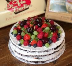 cake mit himbeer italian meringue buttercream und früchten