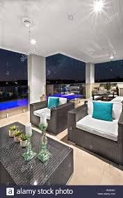 modernes wohnzimmer mit bequemen sofas und natürlichen blick