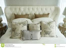 weiße kissen die auf englische landhausstilbettwäsche