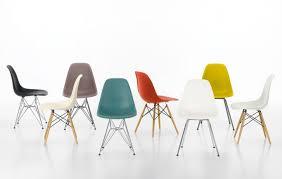 des chaises design de couleur dépareillée