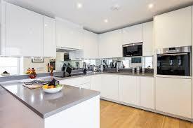 hochglanz weiß küchenzeile graue arbeitsplatte und