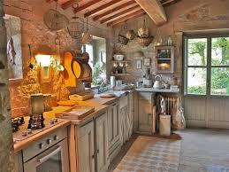 Elegant Italian Kitchen Decor Ideas With Wall Lamp
