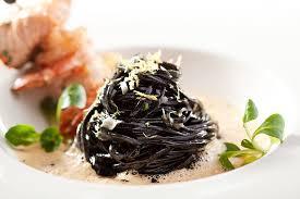 pates encre de seiche recette spaghettis à l encre de seiche et filets de rougets