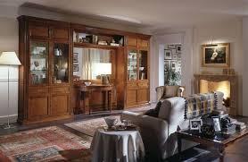 klassische möbel für wohnzimmer mit vitrine und spiegel