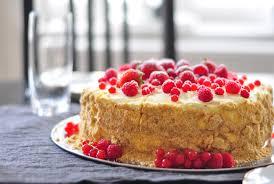 sommerbeeren torte mit weißer schokolade