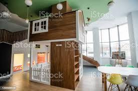spielbereich mit rutsche kleinem haus und tisch mit stühlen und len oben stockfoto und mehr bilder architektur