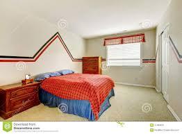schlafzimmer mit gemalter wand und helle farben gehen zu