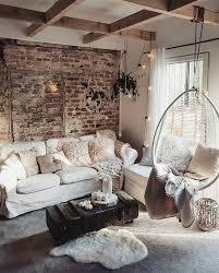 wohnzimmer mit hängesessel und sichtstein und sichtbalken