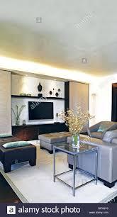 sofa an der wand montierte fernseher in moderne wohnzimmer