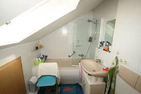 kleines bad in der dachräge mit fenster dusche eingepasst