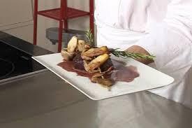 cuisiner la biche recette de pavé de biche rôti et cèpes en branche de romarin
