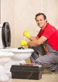 klempner ist die reinigung spüle mit kolben im badezimmer